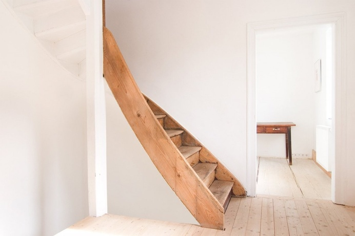 Curved wooden staircase. Wohnhaus Tovar by FFM-Architekten. © Markus Raupach. #stairs #farmhouse #woodenstairs