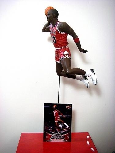 athlete-director-dave-micheal-jordan-statue-collectible.jpg (JPEG-Grafik, 375x500 Pixel) #jordan #air #bulls #michael