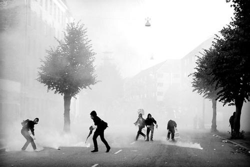 tumblr_lnrf4z1l4a1qgycrgo1_500.jpg (JPEG Image, 500x333 pixels) #tear #photography #riot #gas