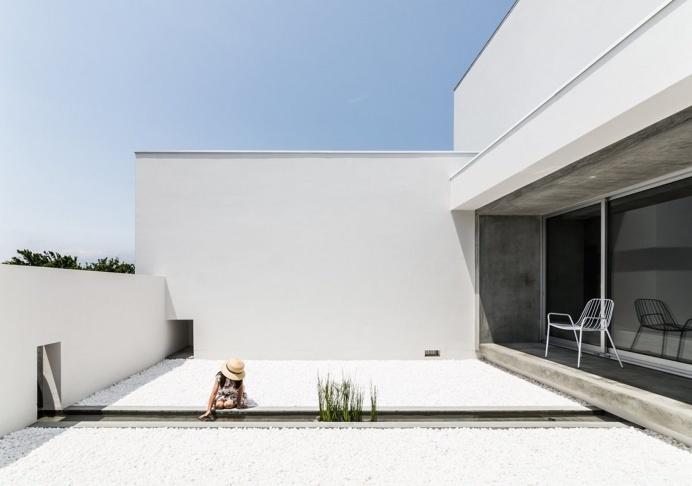 Courtyard with narrow basin. Courtyard House by FORM / Kouichi Kimura Architects. © Yoshihiro Asada. #courtyard #basin