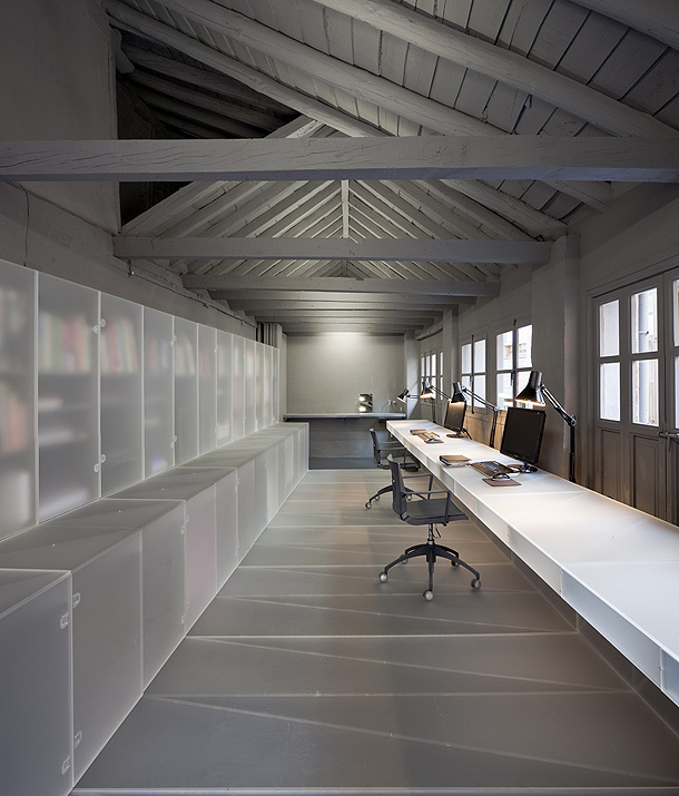 A subtle play of transparency, by Dispatch Coupé #office #space #transparent #desk #work