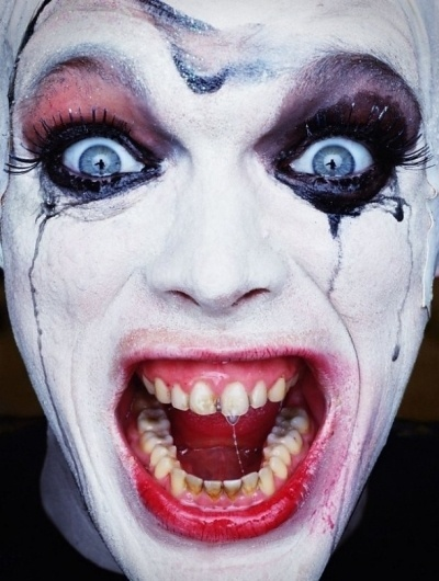 Paradise Portraits – Girls and sad clowns, photography by Erwin Olaf | Ufunk.net #photo #clow #trash