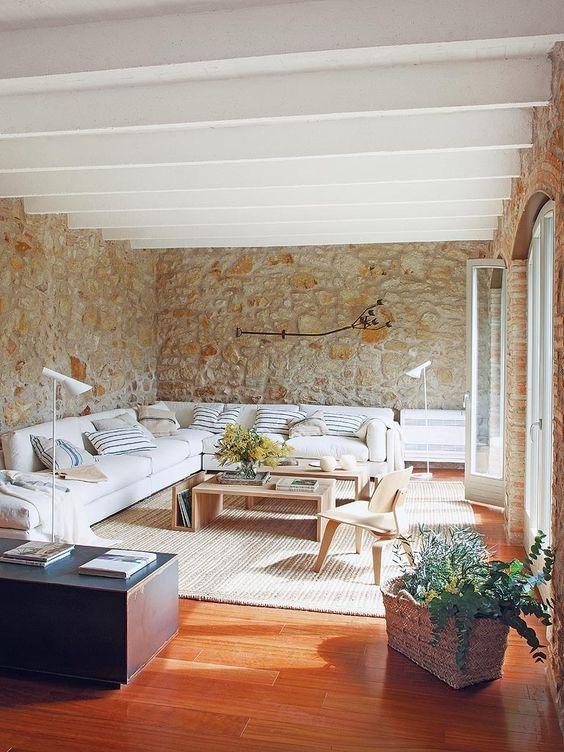 Los ambientes luminosos y apacibles se suceden en esta casa del Bajo Ampurdán después de una brillante rehabilitación. En equilibrio, la esencia rústica de los materiales y su interiorismo, de...