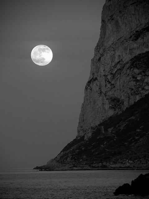 a b s i n t h i u s #sky #photography #minimal #minimalist #moon