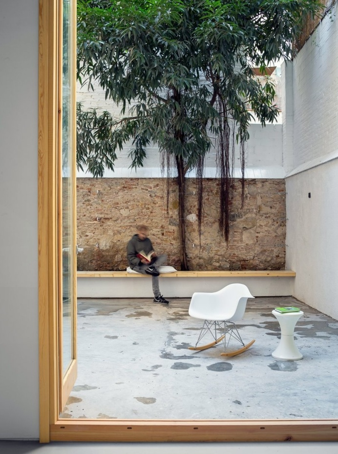 High-walled private patio. Can Ghalili by LoCa Studio. © Pol Viladoms. #patio #garden