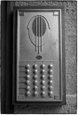 detalhes [bcn69]12 - interfone retro - eixample - barcelona - andré paiva - fotografias preto e branco
