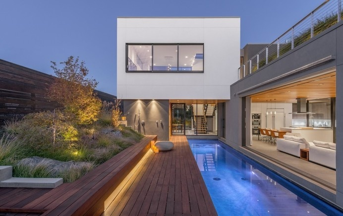 Acacia House: residence with a lounge arranged on the rooftop