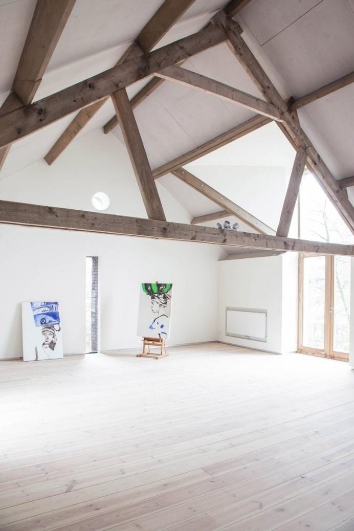 Loft atelier. Home & Atelier Grubbelhoeve by Jeanne Dekkers Architecture. © Holly Marder. #loft #truss #attic