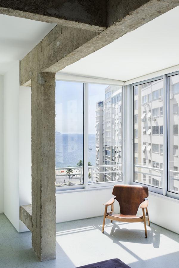 Sun area. Apartamento Copacabana by Felipe Hess. © Ricardo Bassetti. #sunroom #concretebeam #contemporary