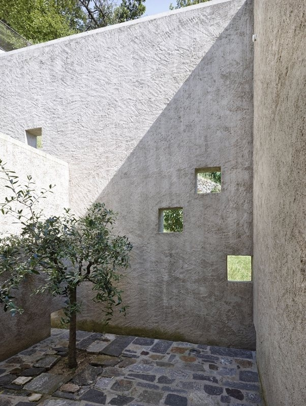 Private walled courtyard. Casa Ko by Wespi de Meuron Romeo Architetti. © Hannes Henz. #patio #courtyard #walledgarden