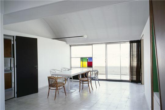 salle à manger - profitant de l'absence de vis-à -vis, les deux architectes ont #corbusiers #interior #architecture #studio #le #apartment