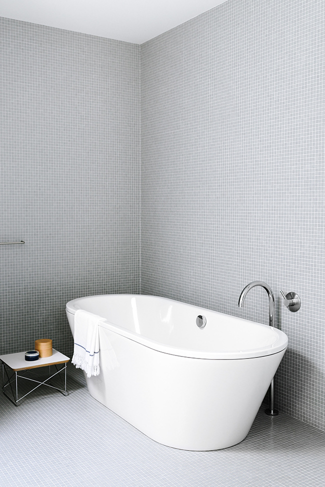Share-Design-Inspiration-Blog-Sorrento-Beach-House-by-Shareen-Joel-Design-05 #bathtub