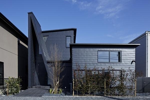 House with Library Corridor by Takeshi Hirobe Architects #modern #design #minimalism #minimal #leibal #minimalist