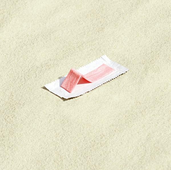 Tira de chicle tomando el sol usando el papel como si fuera una toalla #beach #davis #gum #sugar #photography #brock