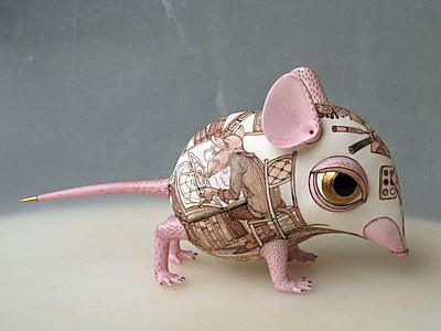 Первая Мышь с антропологией #pictoplasma #mouse #pink #illustration #gold #toy