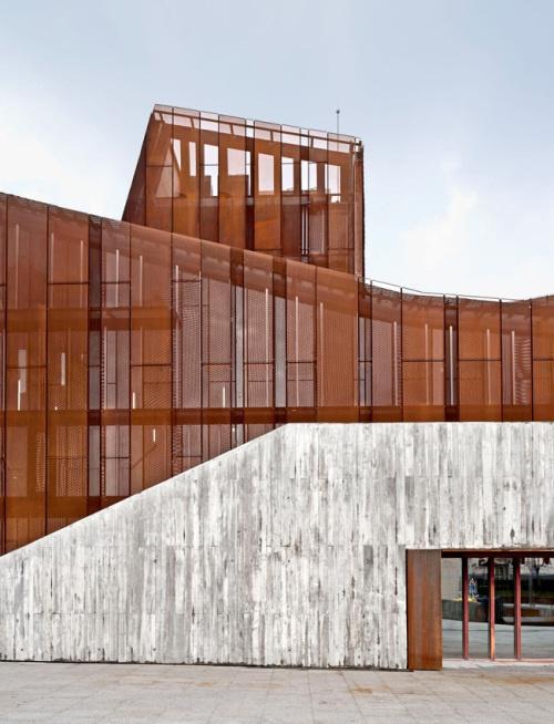 transparent reflective facade over textured concrete #microperforation #concrete #ten #cor