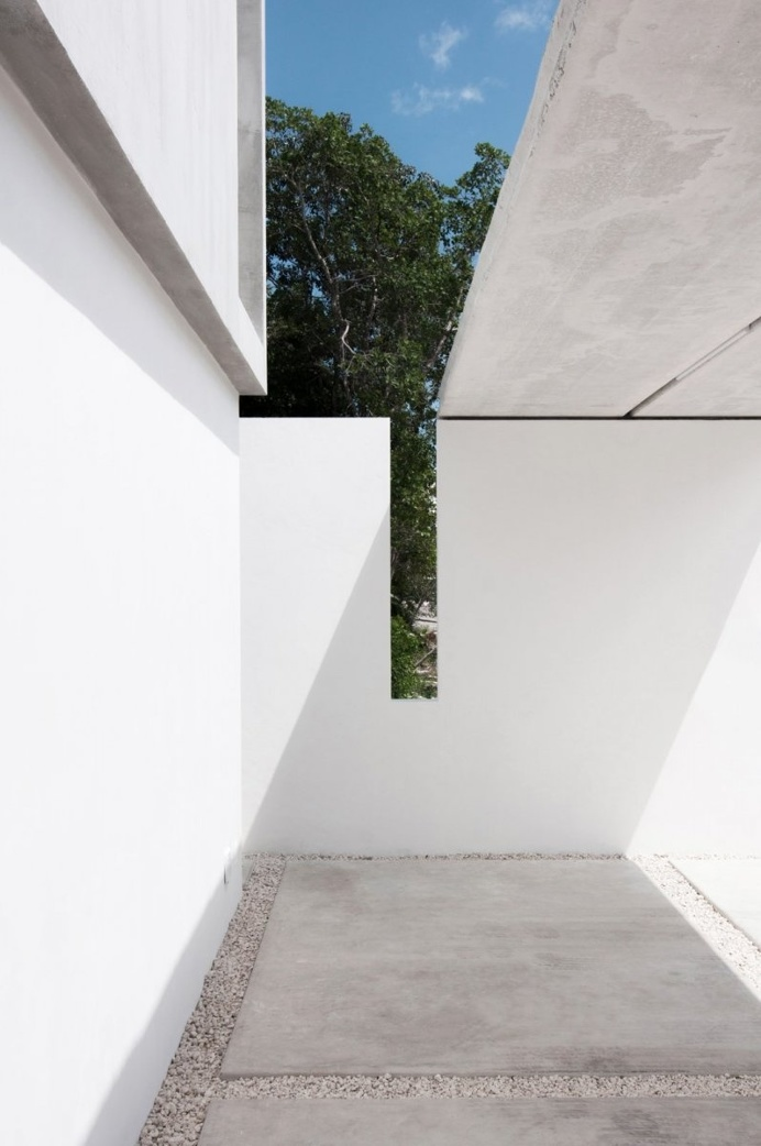 Cuts in the wall and roof. Casa Garcias by Warm Architects. © Wacho Espinosa Photography. #carport #concrete