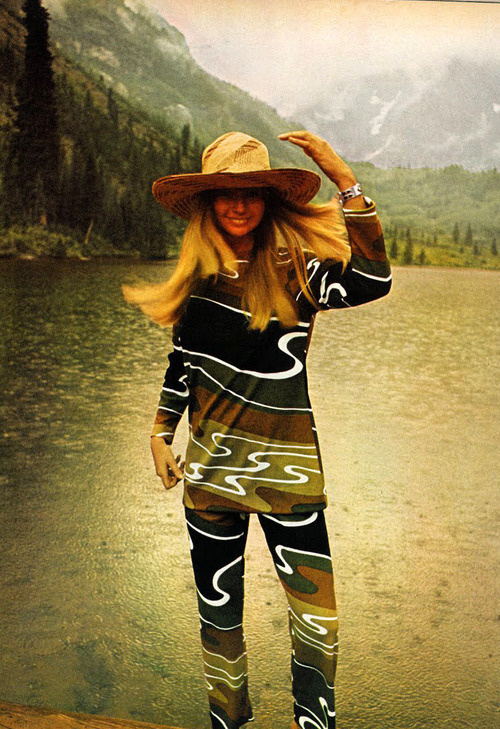 Awesome vintage outfit - Photo by Norman Parkinson, 1970. #fashion #vintage