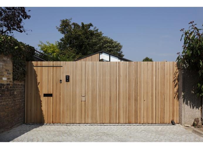The Courtyard House by De Rosee Sa