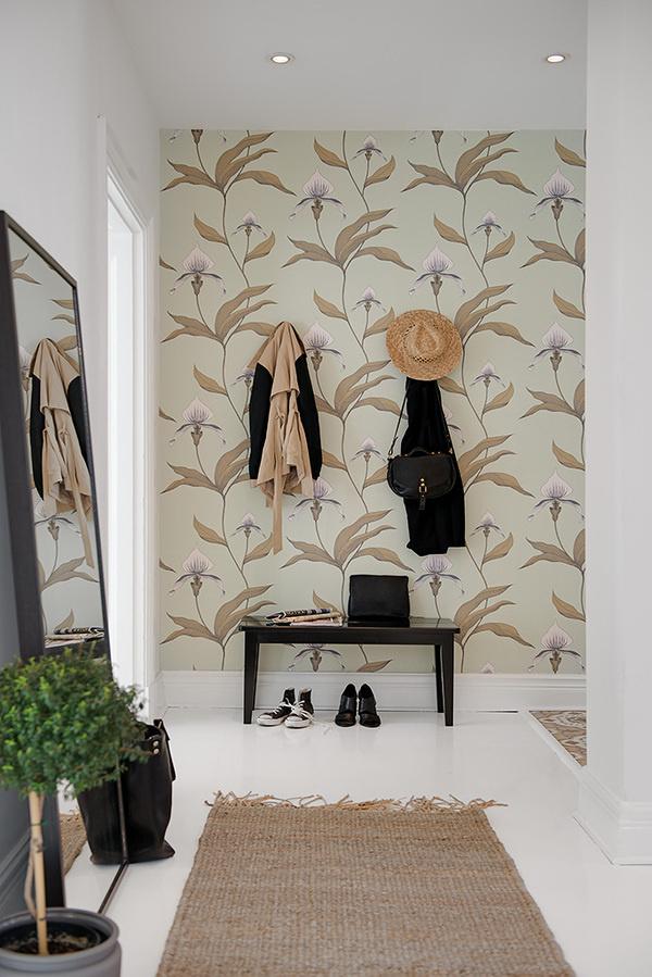 Infällda spotlights ger ett fint ljus i hallen #wallpaper #white #interior