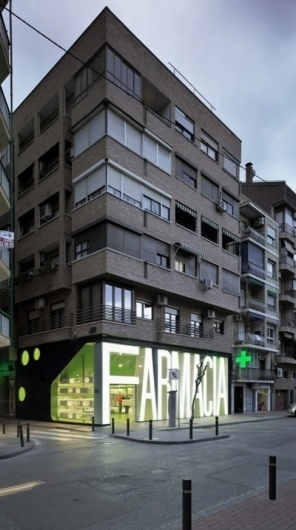 Casanueva Farmacia / Clavel Arquitectos | Design - Architecture - Blog / Magazine / Webzine - Inspiration / Tendance #lightbox #pharmacy #big #signage #type