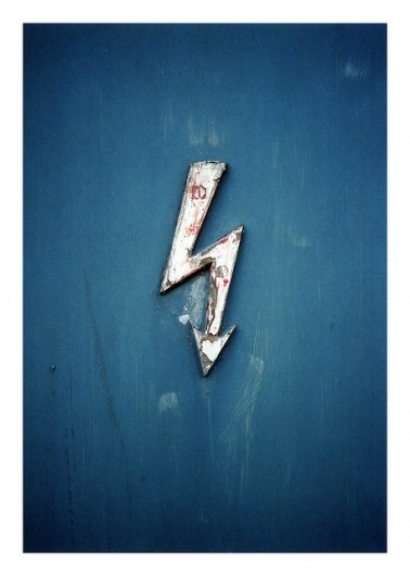 LE CONTAINER: Rit #peeling #sign #bolt #lightning #symbol #paint #blue
