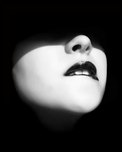 Et sur les visages affleurent tempêtes, bonaces, courants et le saut des poissons qui rêvent de voler* « LE CLOWN LYRIQUE #sexy #woman #lust #lips #bite #photography #nostrils #shadow