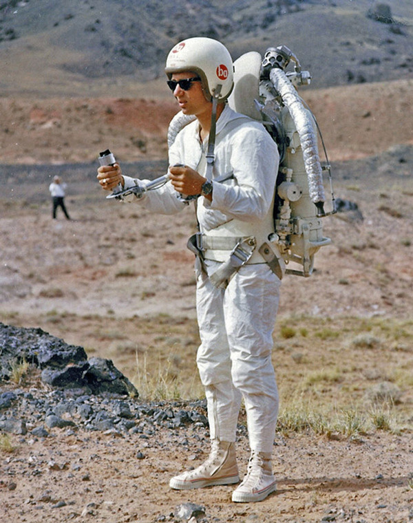 Up, up and down: The ephemerality and reality of the jetpack #white #60s #pf #flyer #helmet #flying #jet #sand #flyers #pack #awesome #desert