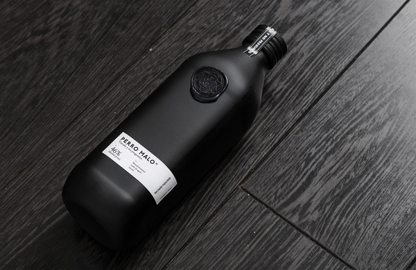 perro malo manifiesto futura #packaging #black #bottle