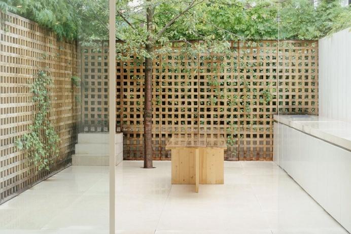 Lattice-walled garden. Pawson House by John Pawson. © Todd Eberle. #garden #patio