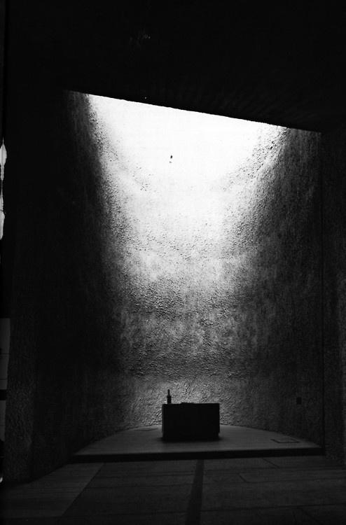 nunofgouveia1:Yukio Futagawa, la chapelle du notre dame du haut, Le Corbusier #shiny #black #space