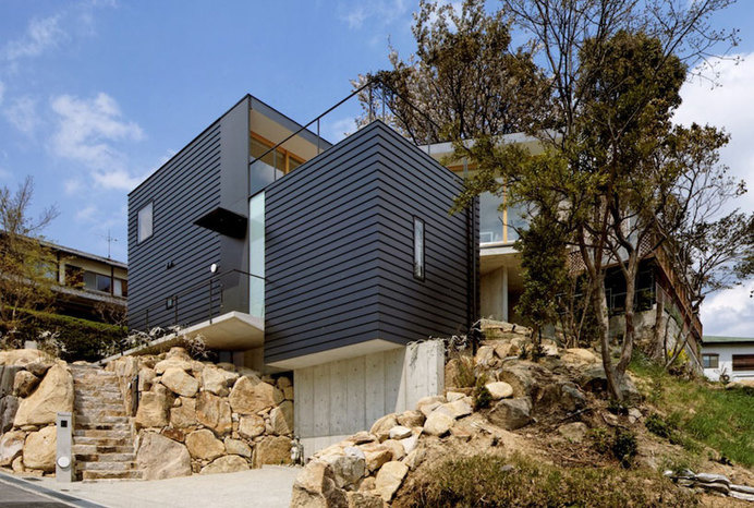 House Gripping the Landscape in Japan by Shogo Aratani #architecture