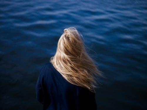 Vajza N'kuti #water #girl #photo #hair #blue