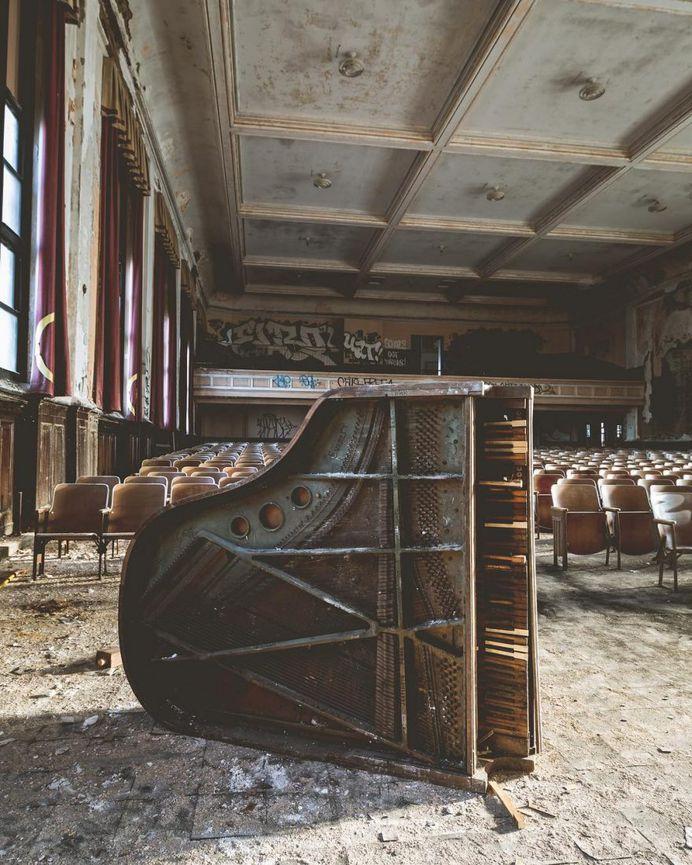 #urbexworld: Stunning Abandoned Photography by Bartlett Lentini