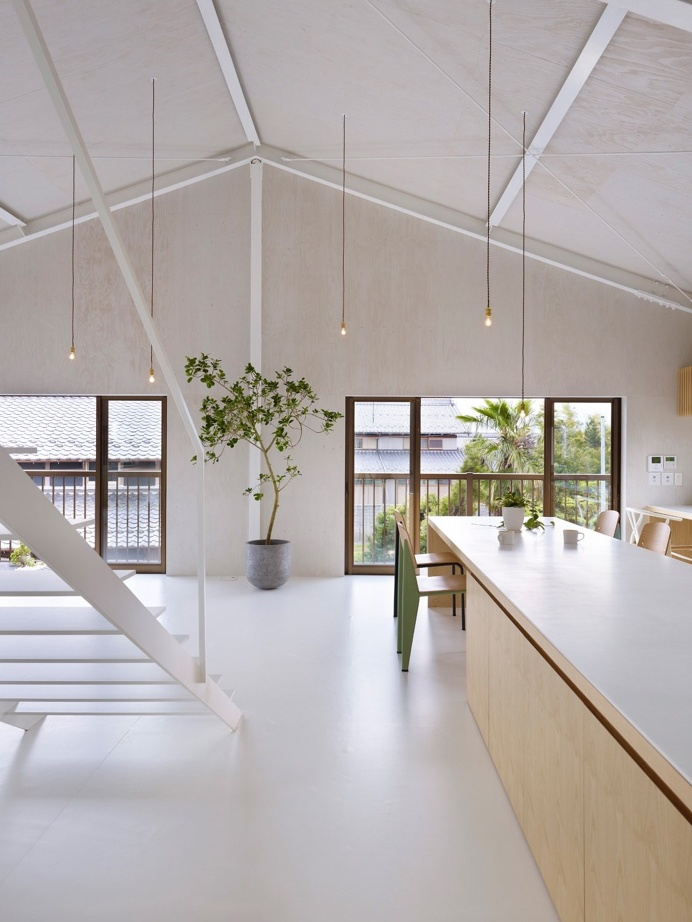 Open living space with vaulted ceiling. House in Yoro by Airhouse Design Office. Photo by Toshiyuki Yano. #airhousedesignoffice