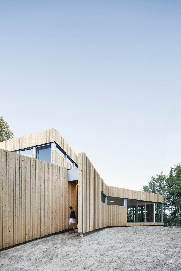 Low Rise House with a Sinuous Shape Guided by the Surrounding Nature 1
