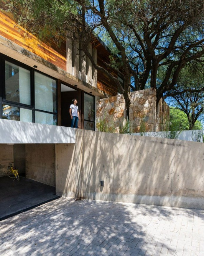 """Nagus House – """"Behind the Tree"""" Residential Project by IASE Arquitectos"""