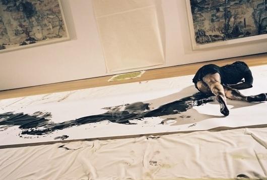 WOMAN_PERFORMANCE_1500_0_resize_90.jpg (JPEG Image, 1024×692 pixels) #paint #paper #woman #room