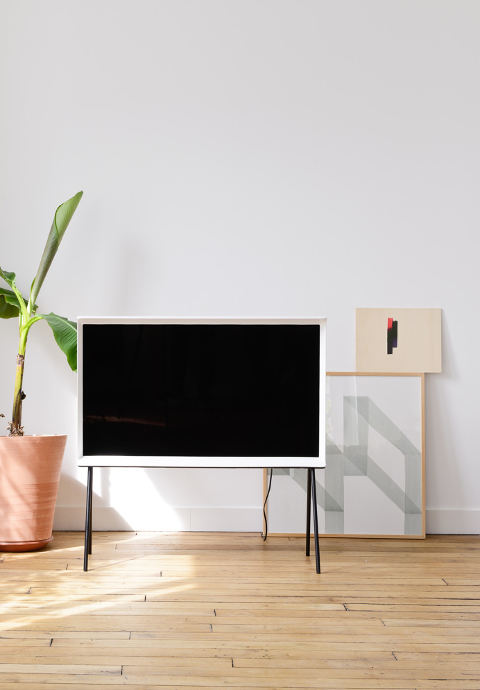 Serif TV is a minimalist design created by Paris-based designers Ronan & Erwan Bouroullec.