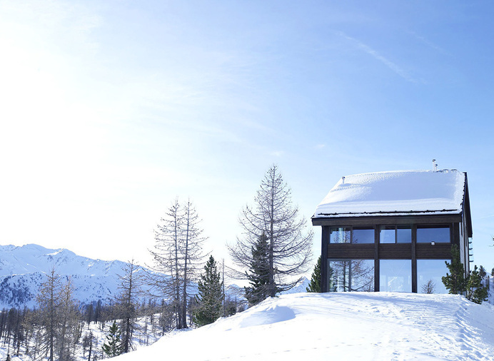 Mirroring the Solitude of a Fresh Mountain Setting: Chalet Camelot #mountain #glass #wood #architecture #dwelling