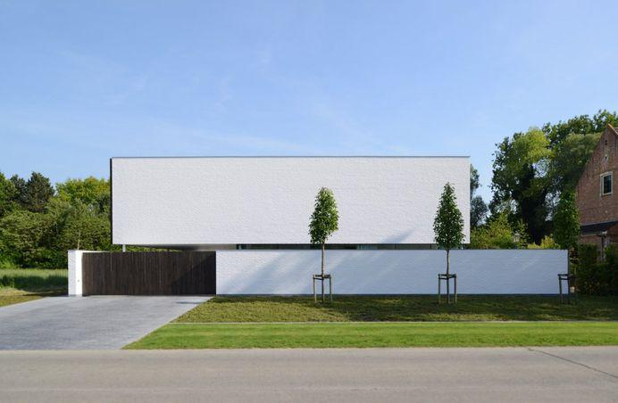 Box-shaped house with privacy. Villa GFR by Steven De Jaeghere. © Hendrik Biegs. #architecture