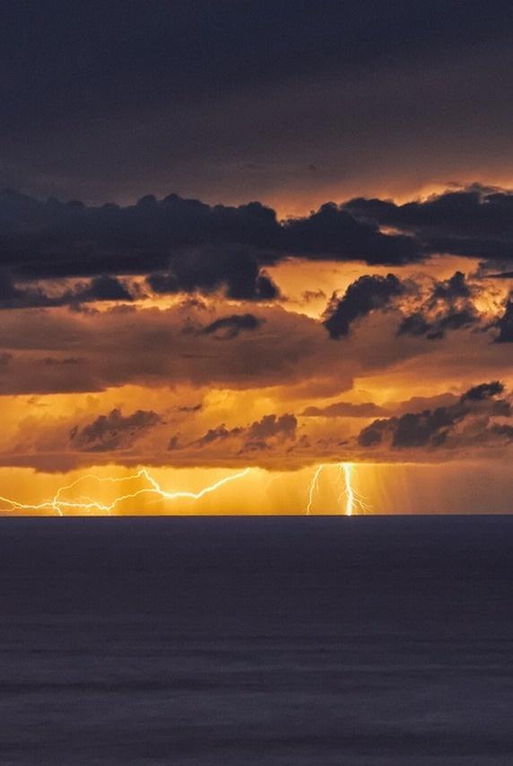0rient express:East Coast Lightning Storm (by mark_mullen). #lightning #photography #storm #illumination