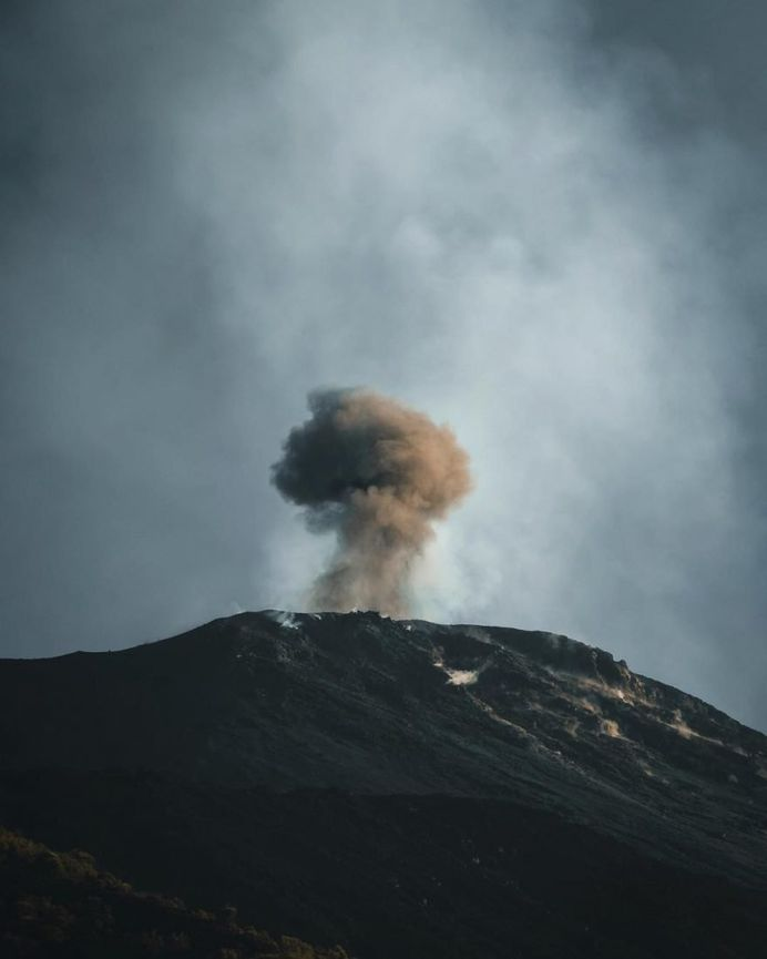 Oliver Arlart Climbs Stromboli Volcano to Capture Spactacular Lava Flow