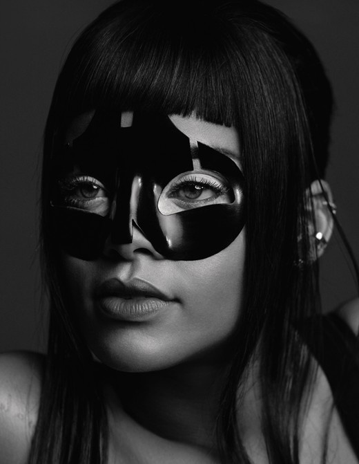 Rihanna wears a lacquer mask by Alexander McQueen #alexander #mcqueen #mask #rihanna #bw