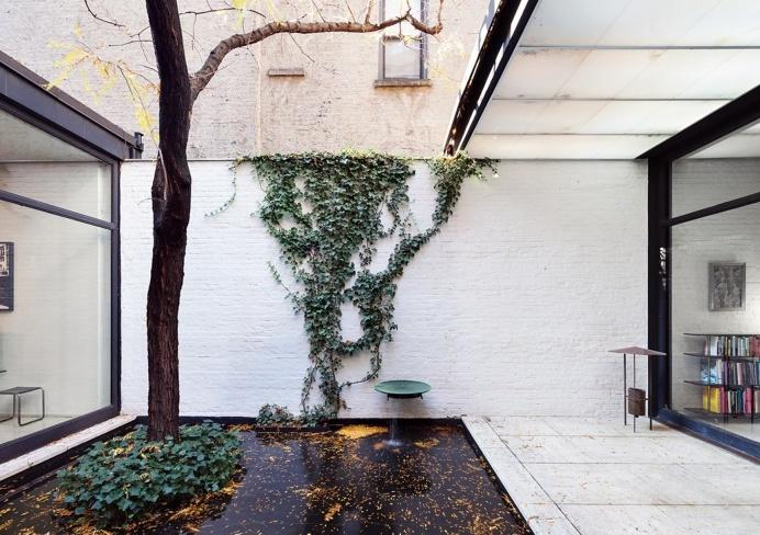 Courtyard with pond. Rockefeller Guest House by Phillip Johnson. © Dean Kaufman. #courtyard #pond #brickwall