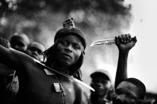 Et land i massepsykose | Information #africa #war #photography #portrait #bw