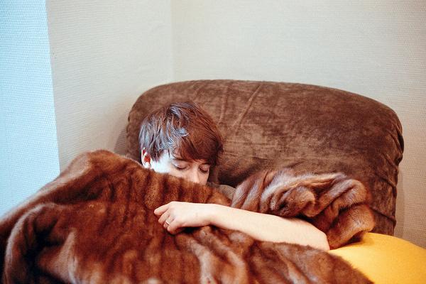 Sunday. #analog #girl #gabel #sleep #fur #margot #sunday #arm #grain #canonae1 #film #200iso #brussels #light