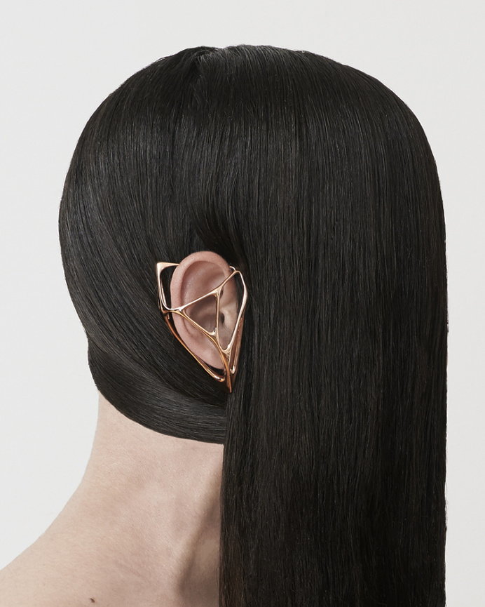 Ear Cuff contemporary jewelry inspired by the ceremony of wearing armor. Photo: @pacu Design @bradleylbowers