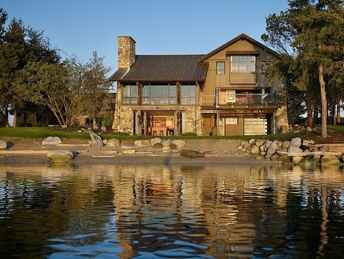 Seaside House With Rustic Elements in Washington by Graham Baba Architects #seaside #rustic #architecture