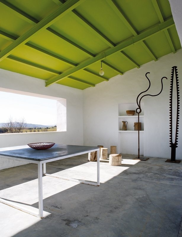 Contemporary porch. House in La Mancha by Benjamín Cano. © Belén Imaz. #porch #concretefloor #slopedceiling